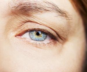 Un œil d'une femme affichant la chute de sourcils