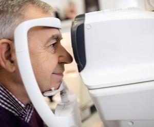 un patient qui se fait examiner les yeux pour traiter le glaucome