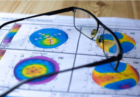 des lunettes sur une échographie oculaire pour traiter l'hypermétropie