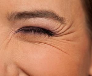 Un oeil d'une femme avec des pattes d'oies