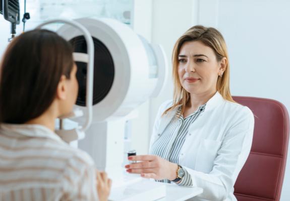 Un médecin examine une patiente pour traiter le strabisme