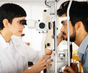 un médecin examine un patient pour le traitement des tumeurs de l'annexes de l'œil