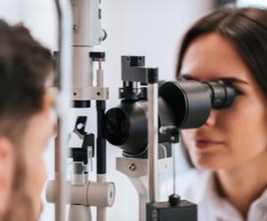 Un médecin examine un patient pour traiter la myopie