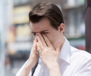 Un jeune homme qui souffre des voies lacrymales